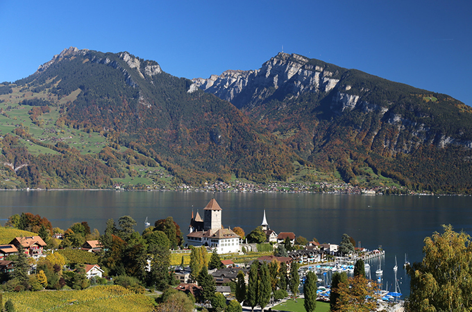 Schloss Spiez with the Rothorn and the Niederhorn in the background